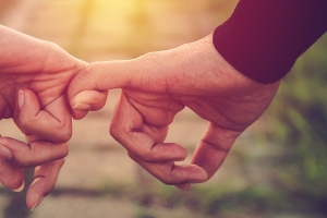 manos-entrelazadas